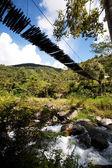 掛かる橋が付いている山川 — ストック写真