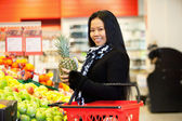 Asian Woman Buying Fruit — Foto Stock