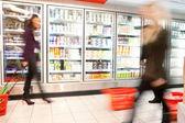 Beschäftigt supermarkt mit motion blur — Stockfoto