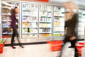 Drukke supermarkt met motion blur — Stockfoto