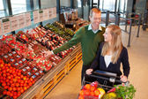 çift satın alma meyve ve sebzeler — Stok fotoğraf