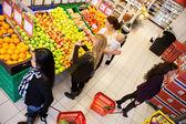 Drukke kruidenier en supermarkt — Stockfoto