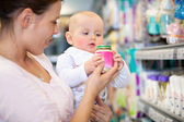 Mutter mit baby im supermarkt — Stockfoto