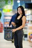 Mutlu asyalı kadın shopper — Stok fotoğraf