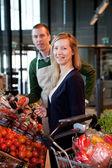 супермаркет женщина и клерк — Стоковое фото