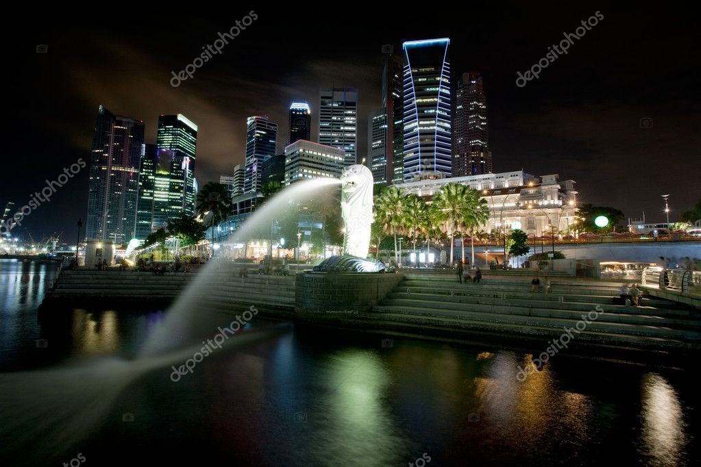 A view of singapore at night with the merlion in the foreground — Stock Photo #5731856