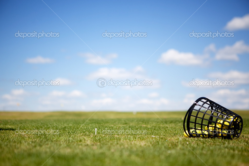 A tee and yellow golf balls on a driving range — Photo #5732655