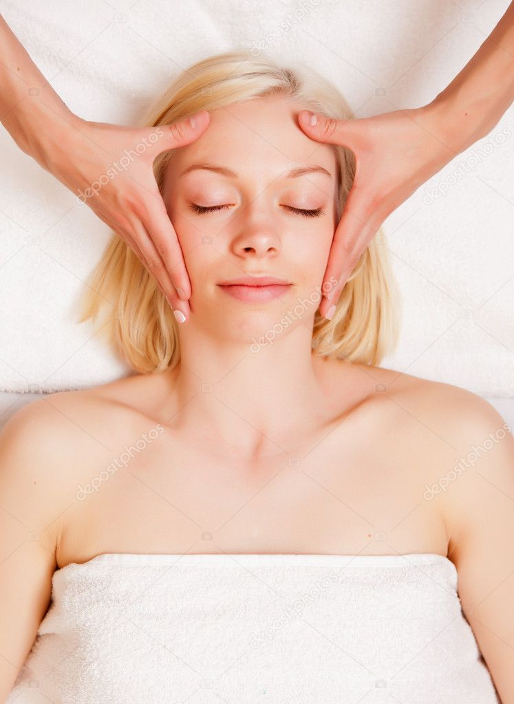 A beautiful blonde woman receiving a stress reducing head massage at a spa — Stock Photo #5735975