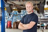 Portrét smějící se mechanik — Stock fotografie
