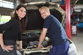 Female Customer with Mechanic — Foto Stock