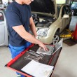 Mechanic working on laptop - Foto de Stock