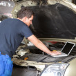 Mechanic using laptop - Foto de Stock
