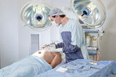Doctor performing operation — Stockfoto
