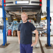 Mechanic in auto repair shop - Stockfoto
