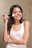 Femme, appliquer le fard à joues — Photo