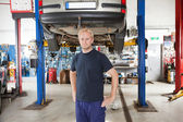 Mechanic in auto repair shop — Stock Photo