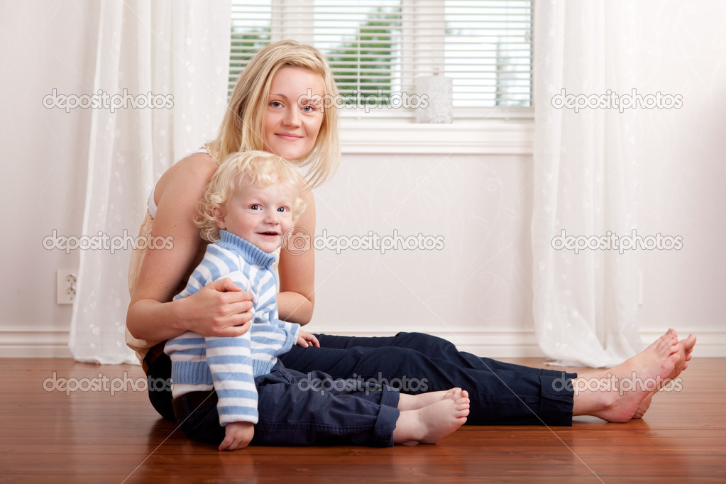 Portrait of a mother and son sitting in the living room — Stock Photo #6572633