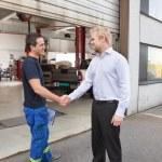 mechanik drżenie rąk z klientem — Zdjęcie stockowe