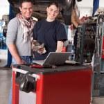 ženské mechanik s mužských zákazníků — Stock fotografie