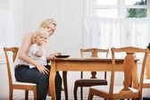 Moeder en zoon eten — Stockfoto