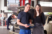 Mechanic with Customer — Stockfoto