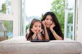 Mutter und tochter mit digitalen tablet — Stockfoto