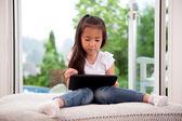 Mladá dívka s digitálním tabletu — Stock fotografie