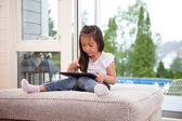 Kind spelen met digitale tablet — Stockfoto