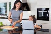 Mor och dotter med laptop i köket — Stockfoto