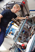 Mecânico, à procura de ferramenta — Foto Stock