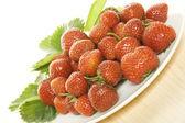 Piatto pieno di fragole — Foto Stock