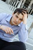 επιχειρηματίας που καπνίζει — Φωτογραφία Αρχείου