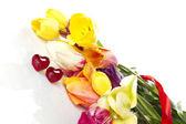 Tulpen en twee rode harten — Stockfoto