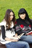 Mamma och dotter läsa en bok — Stockfoto