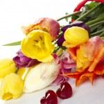 tulipany i dwie czerwone serca — Zdjęcie stockowe