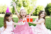 Barns födelsedagsfest utomhus — Stockfoto