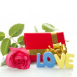 "Red Rose, gift box and the text ""LOVE"" — 图库照片"