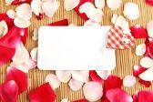 Cartão e pétalas de rosa — Foto Stock