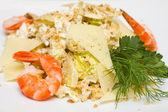 Salad with iceberg lettuce and shrimp close-up — Stock Photo