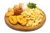 Patate fritte, profondi calamari fritti e salsa isolato su bianco — Foto Stock