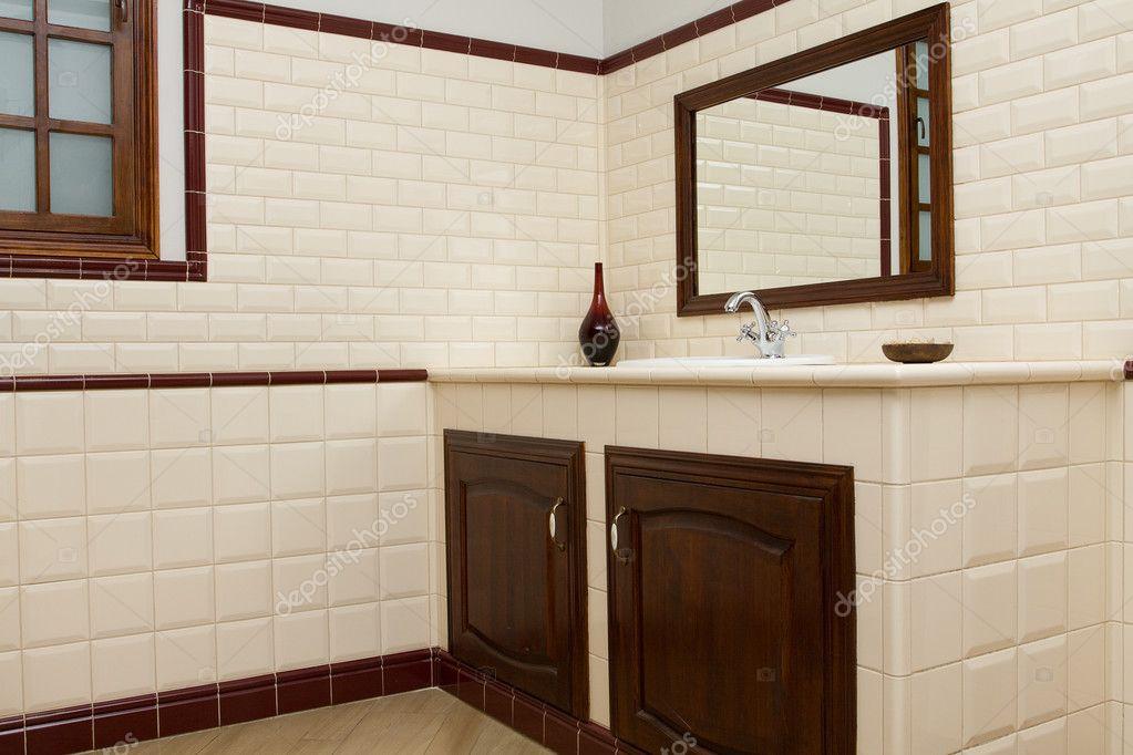 Moderno bagno con piastrelle beige e marrone — foto stock © artmim ...