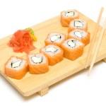 rollo de sushi con salmón aislado en blanco — Foto de Stock   #5839228