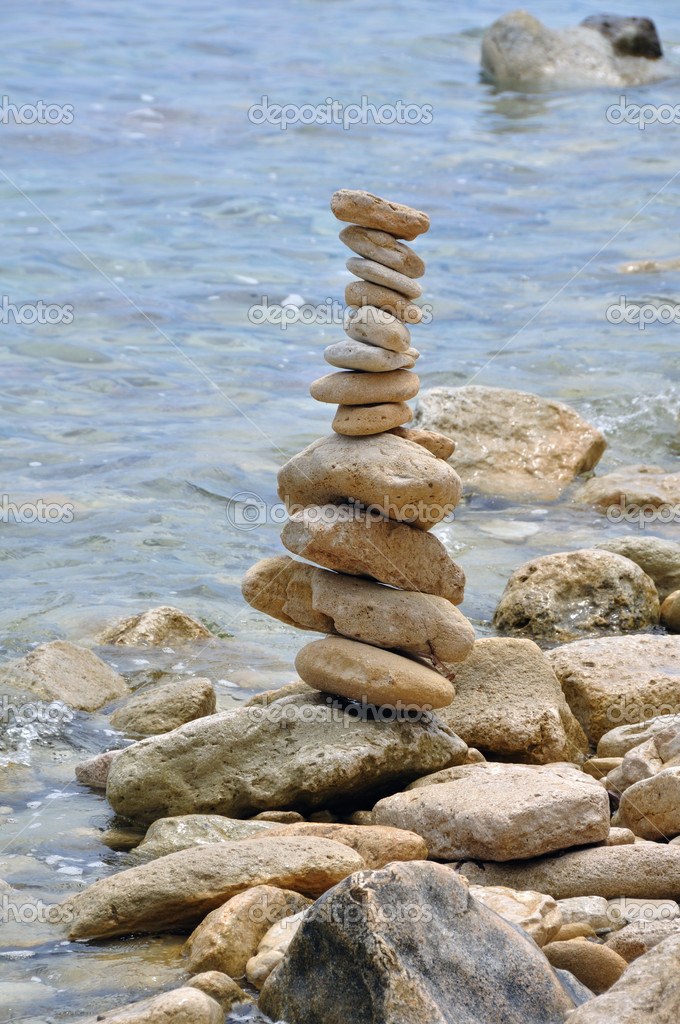 Primitive stone structure on rocky shore. Balanced rocks by the sea water. — Stock Photo #6153426