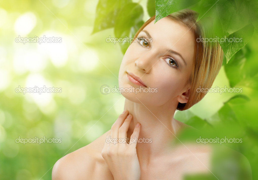 A beauty girl on the leaves background — Stock Photo #5632131
