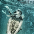 Woman underwater — Stockfoto