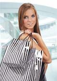 Piękna kobieta zakupy w centrum handlowym — Zdjęcie stockowe