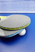 2 つのテーブル テニスまたは ping ピンポン ラケットと青いテーブル上のボール — ストック写真