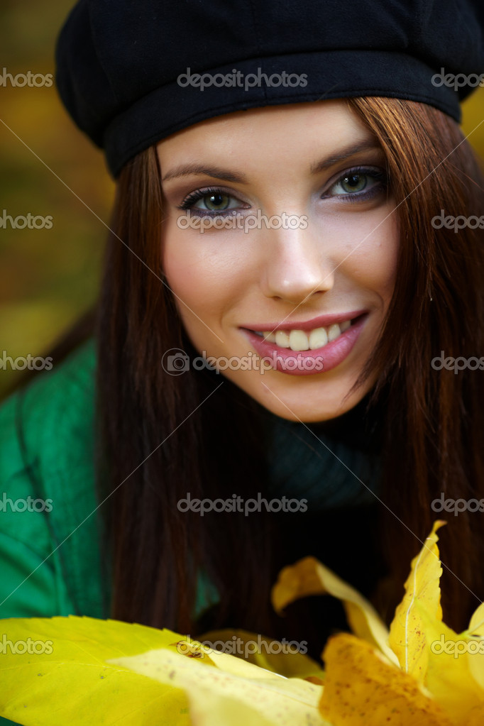 Beautiful young woman in autumn park. Shallow DOF. — Stock Photo #6686010