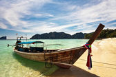 Boat in the tropical sea. Phi Phi island. Thailand — Stock Photo