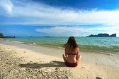 Mulher na praia tropical — Foto Stock